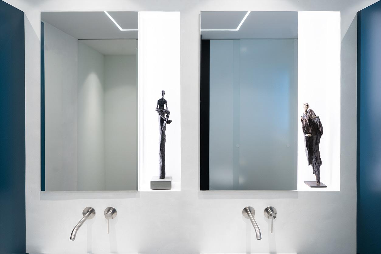 Bukoll Bad, Aqua Cultura Referenz, kleines Bad, viel Stauraum, Doppelwaschbecken, Kunst im Bad, Waschtisch und Spiegel