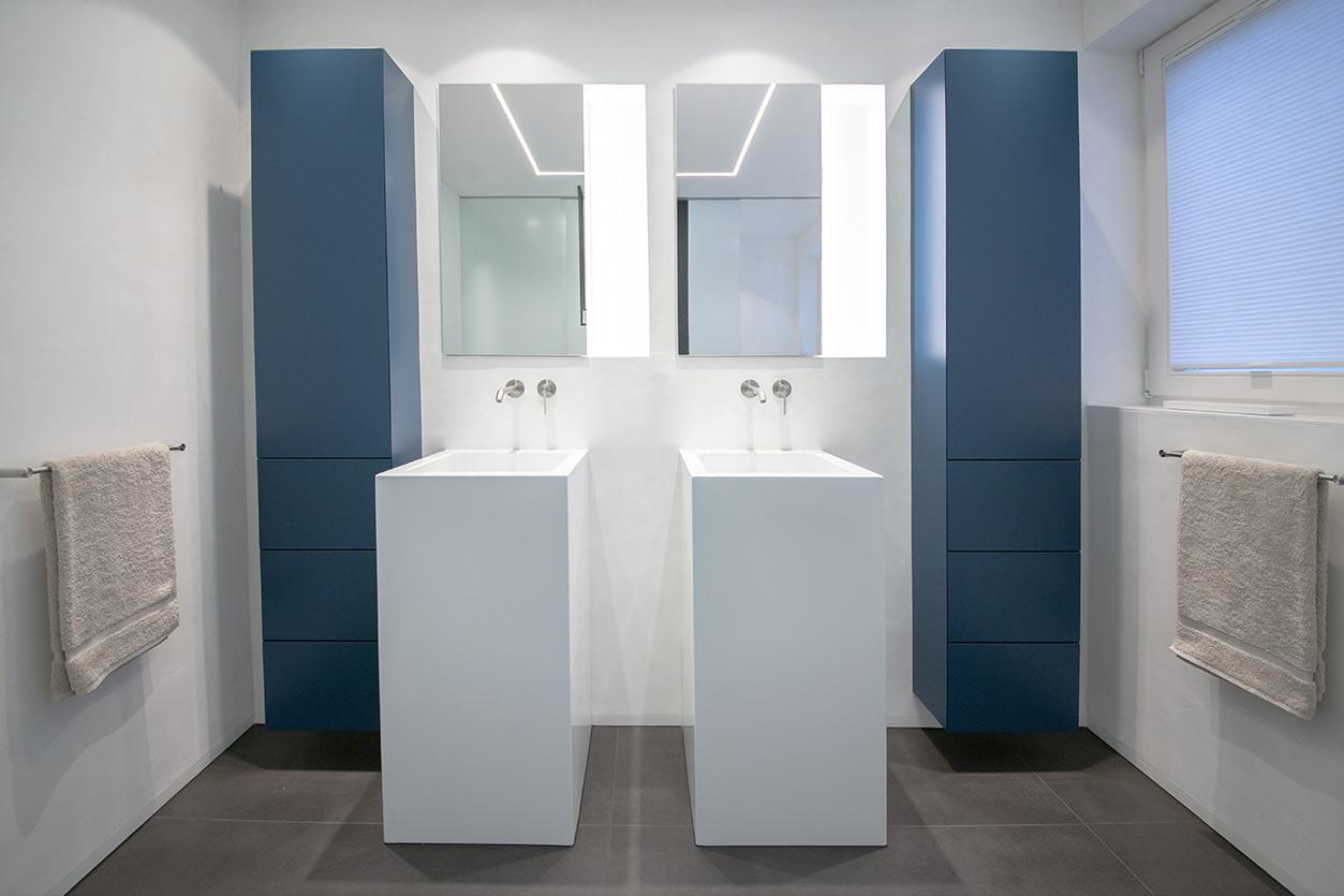 Bukoll Bad, Aqua Cultura Referenz, kleines Bad, viel Stauraum, Doppelwaschbecken, Kunst im Bad, Waschtisch und Spiegel, Einbauschränke
