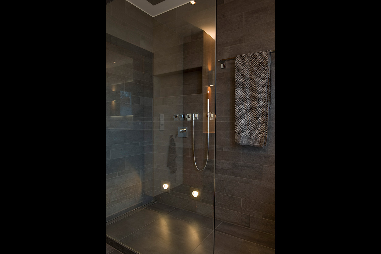 aqua-cultura-kleines-bad-bukoll-elegantes-in-holz-dusche-ton-in-ton