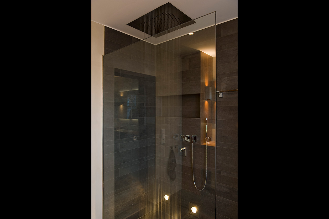 aqua-cultura-kleines-bad-bukoll-elegantes-in-holz-duschkopf