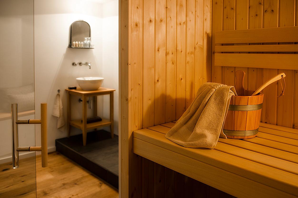 ukoll Bad, Aqua Cultura Referenz, Wellnesbad mit Sauna, Bad mit Sauna, Ruhebereich mit Kamin, Sauna und Waschtisch